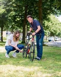 Dementie samen fietsend de baas: achtste editie estafette-fietstocht 2bike4alzheimer voert ook door Huizen, Baarn en Soest