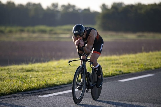Hilversumse triatleet Steff Overmars heeft teleurstelling van vijfde plaats op NK long distance verwerkt: 'Blijven treuren is zinloos'