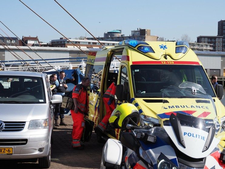 Man gewond na val van dek kotter in IJmuiden [video]