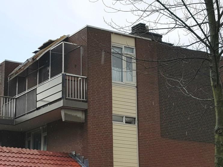 Atjehstraat afgesloten voor verkeer vanwege losgeslagen dak