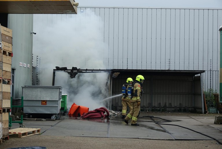Brandweer bestrijdt lastig te bereiken containerbrand bij bedrijf in Alkmaar
