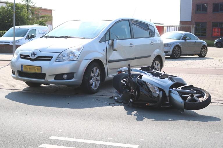 Scooterrijder knalt tegen auto en raakt gewond in Hillegom