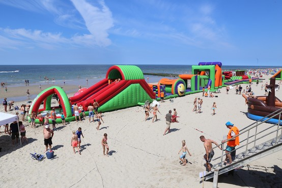 Dit jaar een heel weekend lang ploeteren op die enorme hindernisbaan op het strand van Callantsoog