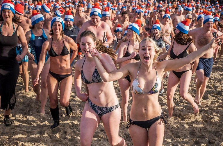 Nieuwjaarsduik Egmond aan Zee: 'Minder koud dan vorig jaar' [video]