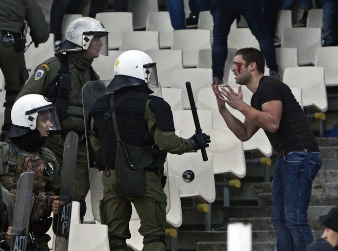 Ajax baalt van Griekse politie en stewards [video]