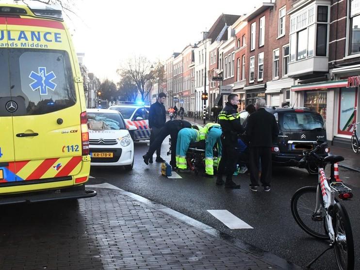 Fietser naar ziekenhuis door aanrijding in centrum Leiden