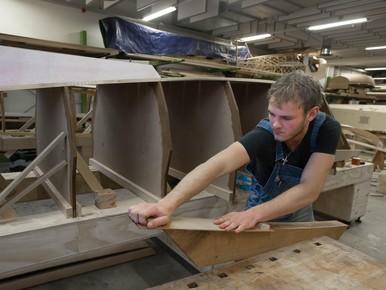 Handwerk: Timo Kruk schuurt de kiel.