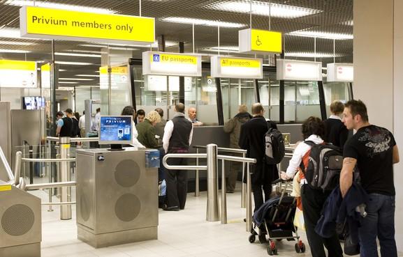VS boos over 'getreuzel' Schiphol met paspoorten