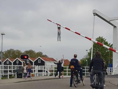 Sofie (8) bungelt aan slagboom in Spaarndam