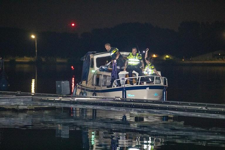 Hulpdiensten halen verwarde vrouw uit water Molenplas