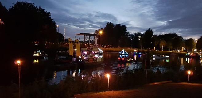 Alternatieve gondelvaart in Naarden, 'Een echte kraai laat zich niet tegenhouden'