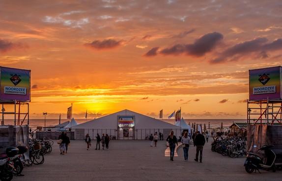 Festivaltent tussen strand en Katwijkse boulevard