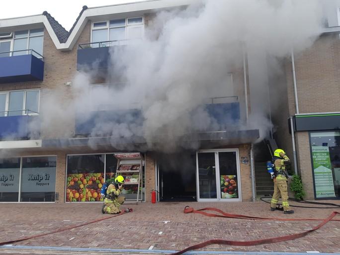 Twee gewonden bij grote brand in winkelpand Schagen [video]