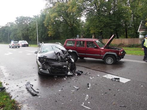 Veel schade bij frontale botsing op Rijksweg in Velsen-Zuid