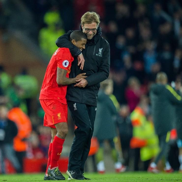 Liverpool-trainer Jurgen Klopp is blij met Georginio Wijnaldum. © EPA