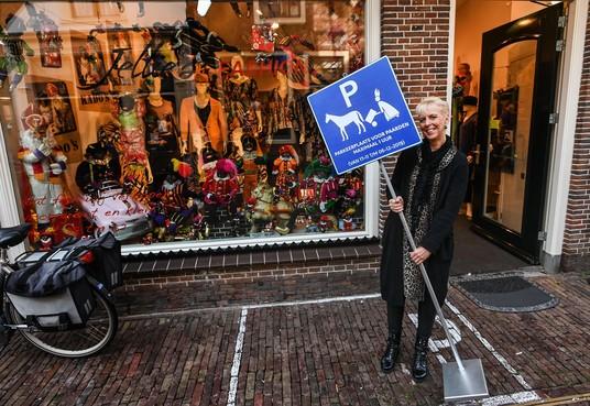 Enkhuizer onderneemster Marielle Hekers steekt veel energie in haar sinterklaasetalage: stoepkrijt en Zwarte Pietjes