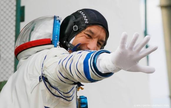 Astronaut treedt vanuit de ruimte op als DJ