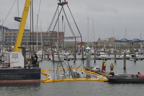 Gezonken vissersbootje Jyden gelicht in jachthaven Marina Seaport IJmuiden aan Zee