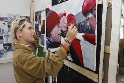 Soestse Sara van Vliet is marathonschaatster én kunstenares: 'Op de kunstacademie is het heel normaal om een jointje te nemen'