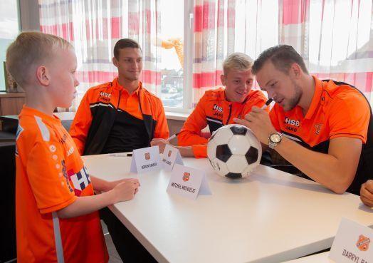 Joey Veerman op open dag FC Volendam populairste voetballer bij de jeugd [video]