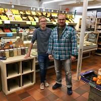 'Osman de groenteman' Aydoğdu en zijn vaste medewerker, Hilversummer Rik van Klooster (links) in de groentewinkel.