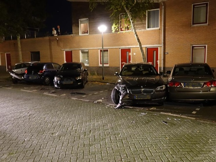 Vijf geparkeerde auto's in Zaandam geramd, veroorzaker rijdt door