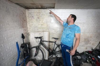Kelderboxen van vernieuwde flats aan de De Noostraat in IJmuiden kampen met vochtproblemen: 'Er komen plukjes schimmel uit de muur: paars, rood, geel, zwart'