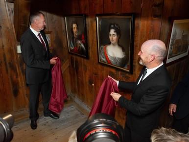 Portretten van tsaar Peter de Grote en Catharina I weer in Zaandam