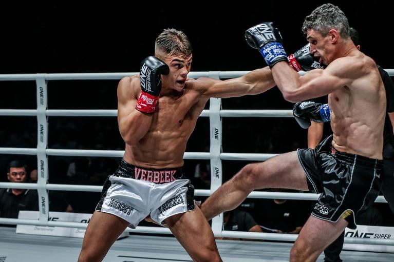 Kickbokser Santino Verbeek moet diep gaan voor zege bij debuut One Championship [video]