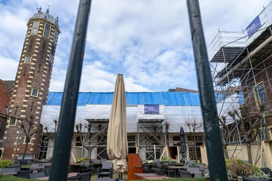 Torentje Hof van Sonoy steekt kaal af bij ingepakt Alkmaars monumentencomplex; ingrijpende verbouwing gaande
