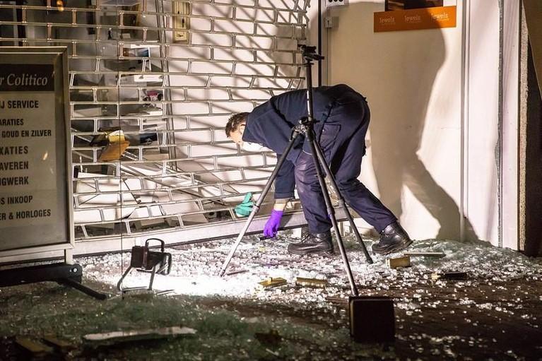 Ramkraak bij juwelier Colitico in Soest, één dader opgepakt [video]