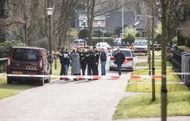 Kort na de overval. Links het busje van Lusinks tuinman, die licht gewond raakte.