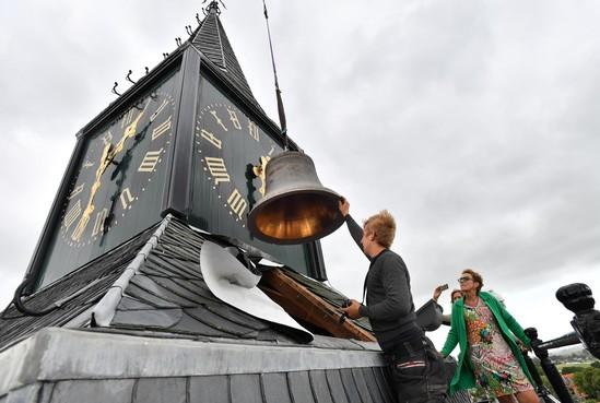 Bijzondere hijsklus: klokken naar boven voor carillon De Rijp