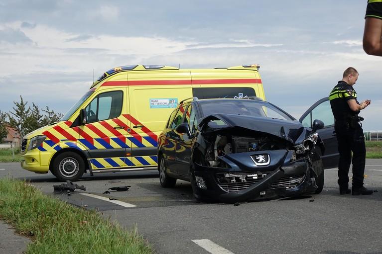 Gesneuveld verkeersbord en veel schade bij ongeluk in Andijk