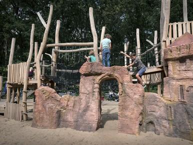 Naar hartelust klauteren in speeldorp Speeltuin Santpoort