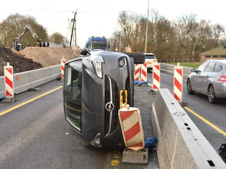 File door auto op zijn kant bij Rijnsaterswoude