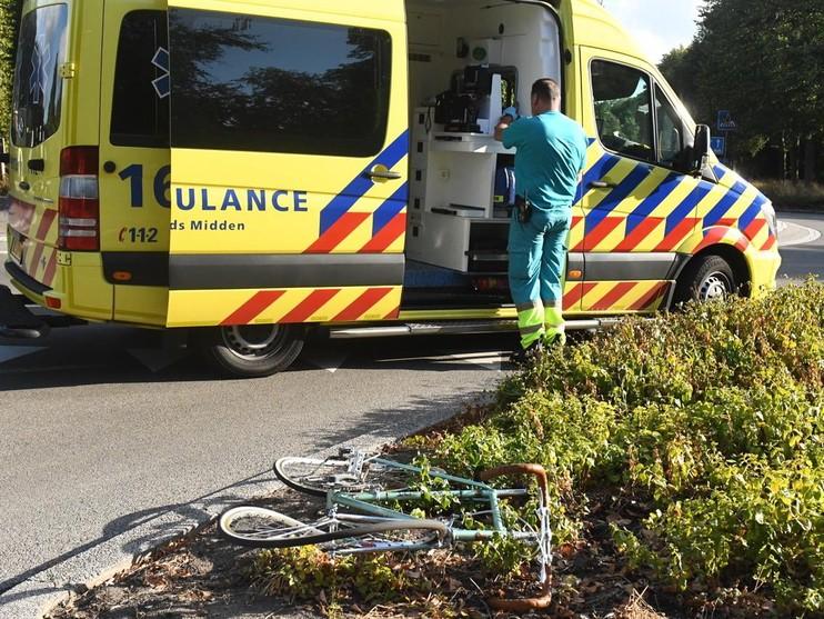 Fietser geschept door auto op rotonde in Oegstgeest