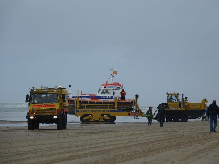 Vermiste kitesurfer ongedeerd aangetroffen op strand Egmond aan Zee