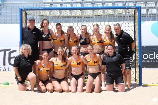 Ook in het zand hebben U17 meiden van bondscoach Ard de Ruiter missie op EK beach handbal