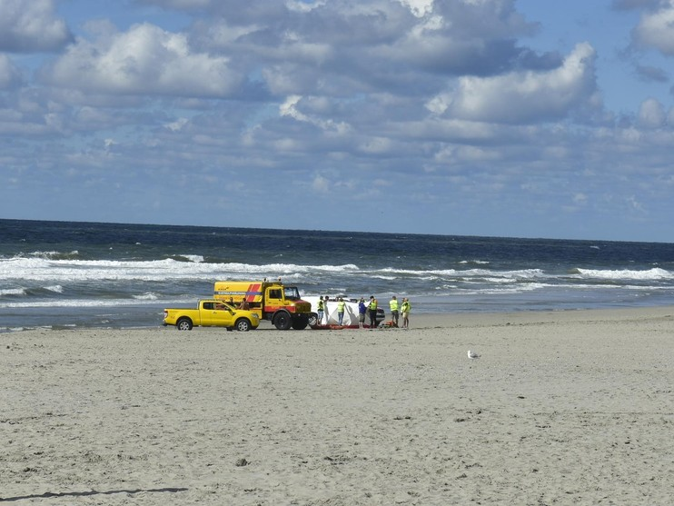 Man overleden op strand Texel na poging kind te redden