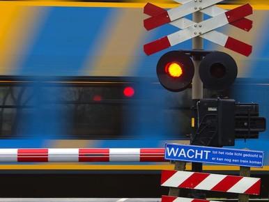 Politie assisteert bij storing overwegbomen in Zaandam