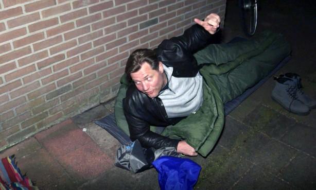 Dennis van der Geest logeert in Donkere Duinen voor inkijkje in leven Helderse stadsnomade Alex de Beus