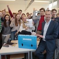 Sjoerd van de Berg (Gemeentelijk Gymnasium Hilversum) met zijn leerlingen: 'Erg blij met predicaat 'Excellente School'.