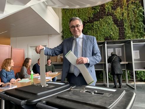 Burgemeester Jos Wienen brengt stem uit in Haarlem
