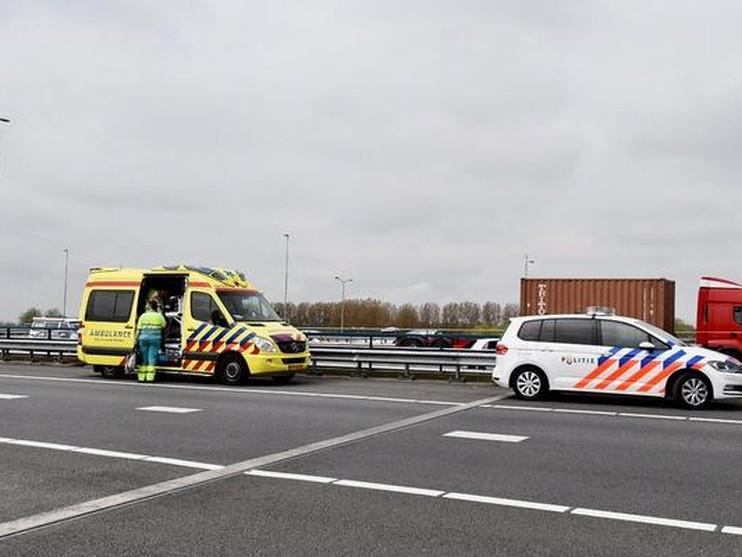 Gewonde bij aanrijding busje en vrachtwagen op A4 bij Leiden