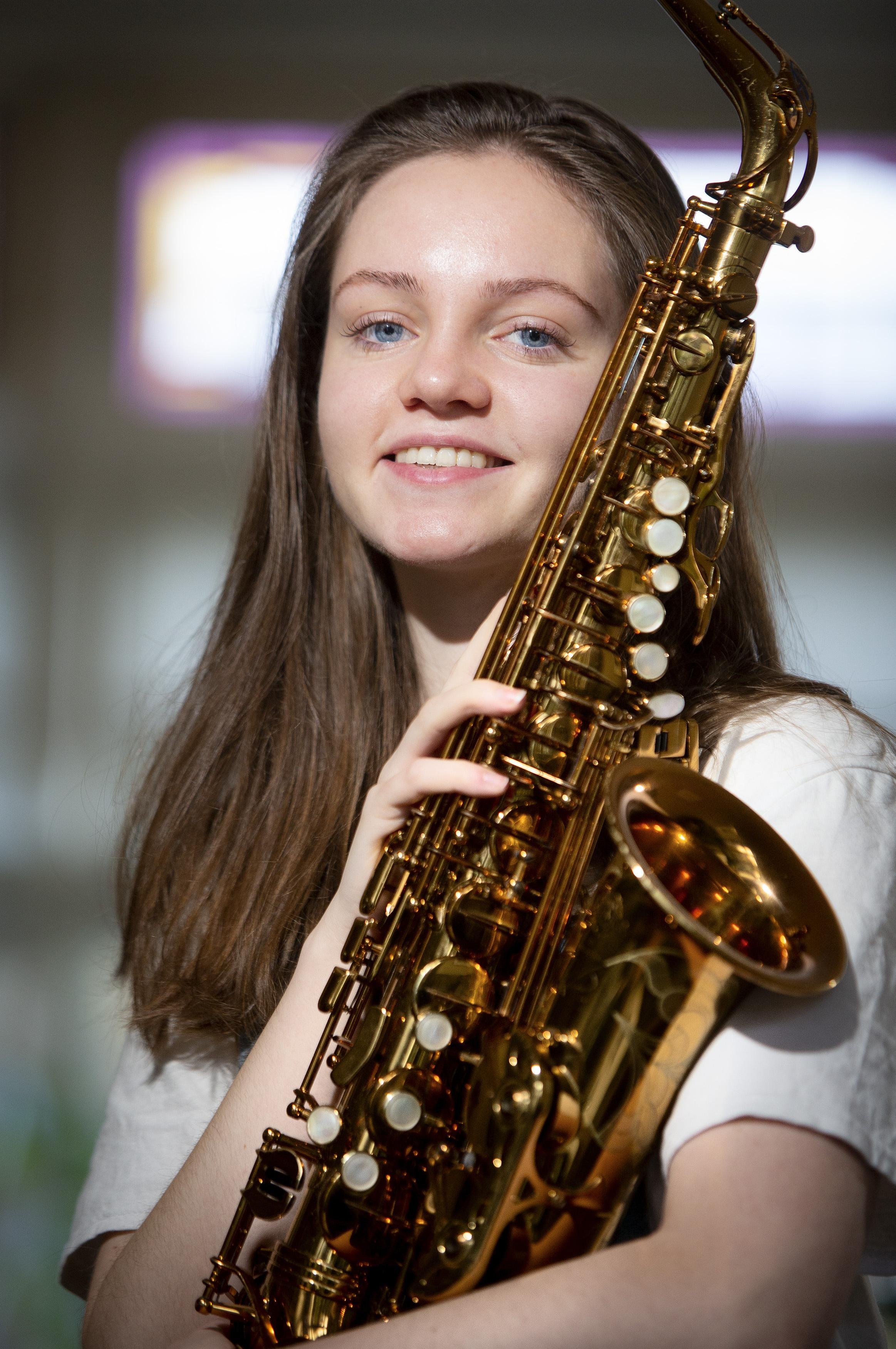 Jong saxofoontalent Fleur Peereboom uit Santpoort-Noord zit in Nationaal Jeugdorkest - IJmuider Courant