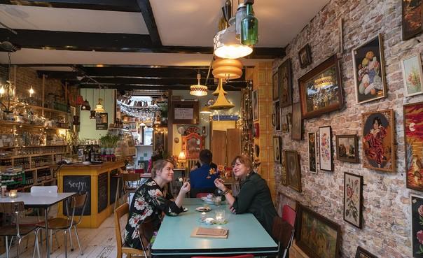 First Dates in het Alkmaarse restaurant Soepp. Ze hebben een probleem: 'Waar zijn de mannen?'