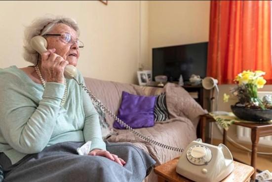 Bewoners verpleeghuis Overrhyn in Leiden luisteren liedjes van vroeger met een oude draaitelefoon: de wonderfoon [video]