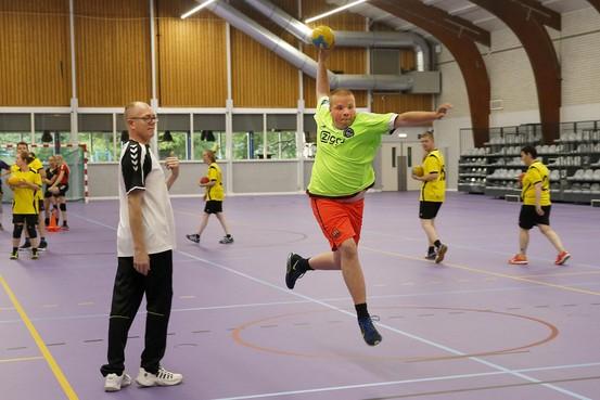 G-handballers die NK in 't Veld spelen worden per week beter en vaardiger