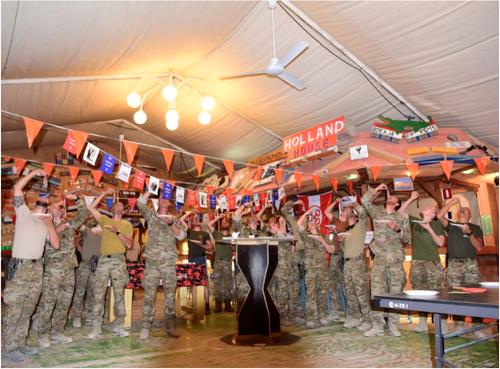 Nederlandse militairen vieren Leidens Ontzet in Afghanistan